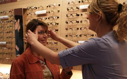 Essayage d'une paire de lunette dans un magasin d'application