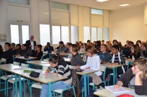 Etudiants ICO écoutent la conférence du mercredi sur le traitement des verres