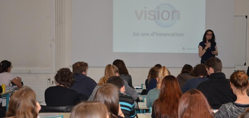 Les étudiants de l'ICO pendant la conférence sur les lentilles avec Menicon