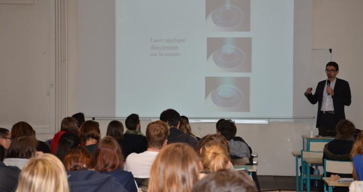 Docteur SAAD présentant sa conférence aux élèves de l'ICO